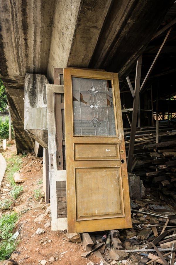 De ontmantelde die deur maakte van hout en glas onder de brugfoto wordt verlaten in Djakarta Indonesië wordt genomen royalty-vrije stock foto's