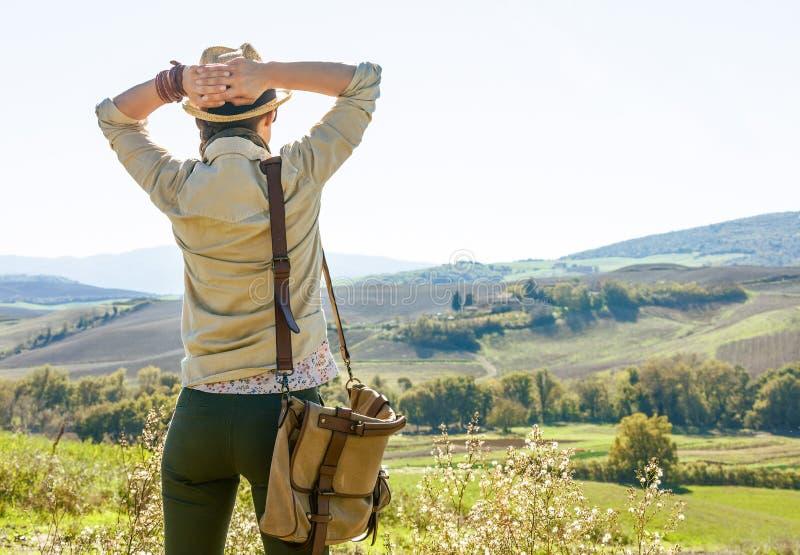 De ontspannen wandelaar die van de avonturenvrouw in Toscanië wandelen royalty-vrije stock afbeelding