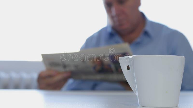 De ontspannen Zakenman Sitting op de Lijst las Krant en drinkt een Koffie royalty-vrije stock fotografie