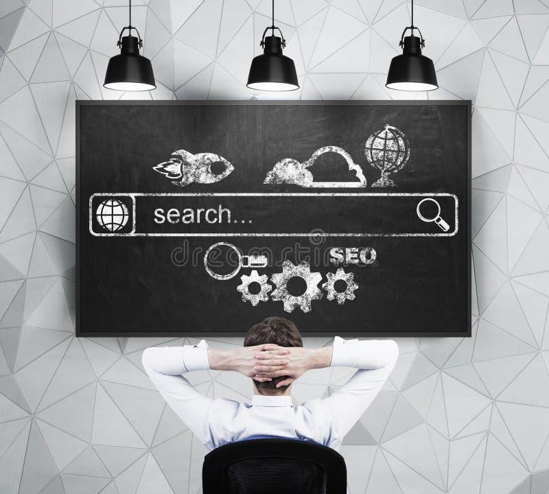 De ontspannende zakenman bekijkt het bord met de getrokken Internet-onderzoeksbar en de verschillende pictogrammen royalty-vrije illustratie