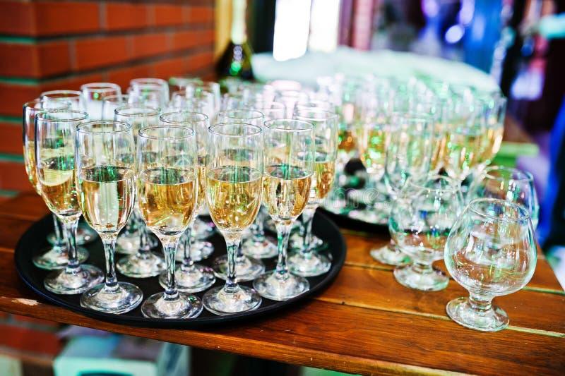 De ontvangst van het elegantiehuwelijk Lijst met glazen champagne stock foto's