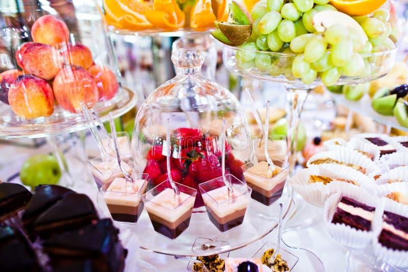 De ontvangstlijst van het elegantiehuwelijk met voedsel en decor Aardbei onder de koepel royalty-vrije stock afbeeldingen