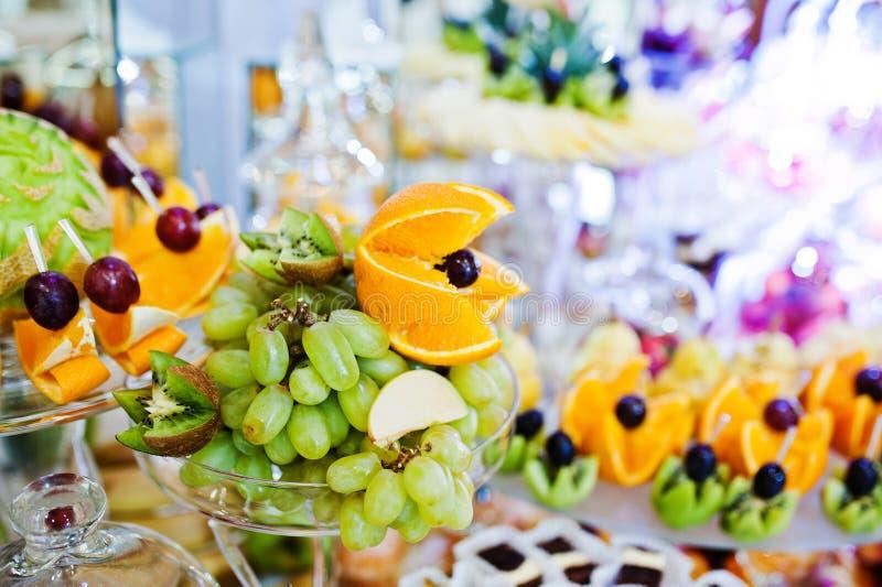 De ontvangstlijst van het elegantiehuwelijk met voedsel en decor Witte grap stock afbeelding