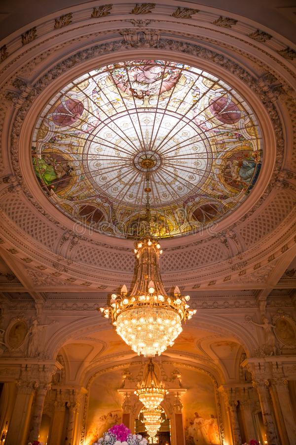 De Ontvangstzaal van het renaissancehuwelijk met de Koepel en de Bogen van het Venstersglas stock afbeeldingen