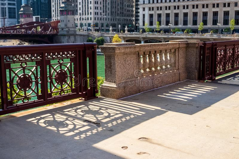 De ontwerpen van de de Rivierbrug van Chicago leiden schaduw tot patronen op stoep stock foto's