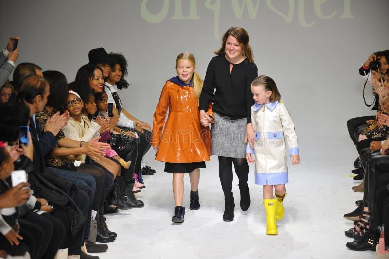 De ontwerper Amy Wismar loopt de baan met modellen tijdens de Olie & Watervoorproef bij petitePARADE/van de Jonge geitjesmanier W royalty-vrije stock foto's