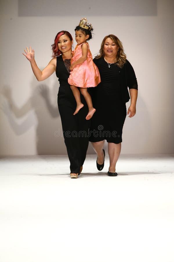 De ontwerper en haar dochter lopen de baan bij de Nancy Vuu-modeshow royalty-vrije stock foto