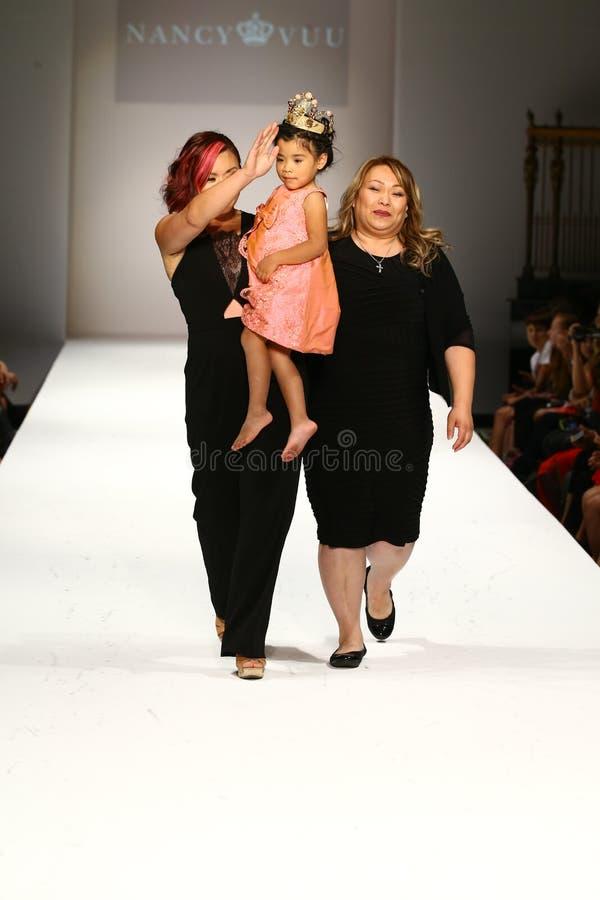 De ontwerper en haar dochter lopen de baan bij de Nancy Vuu-modeshow stock foto's
