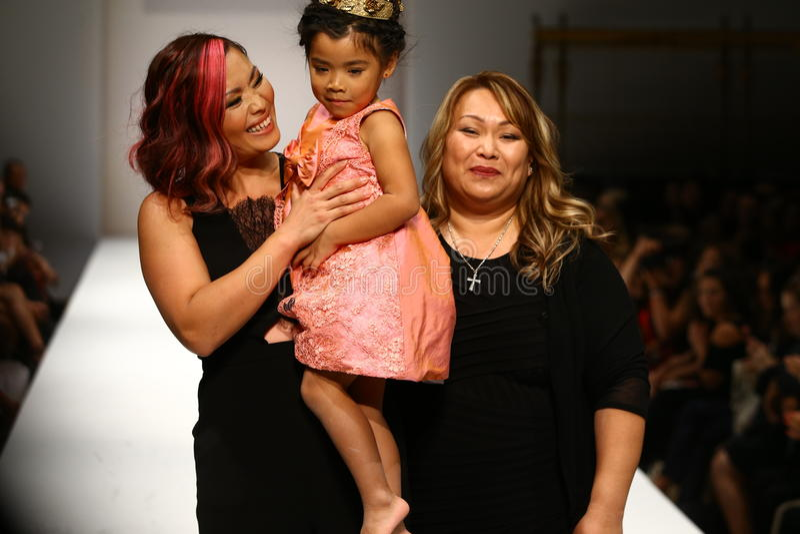 De ontwerper en haar dochter lopen de baan bij de Nancy Vuu-modeshow royalty-vrije stock foto's