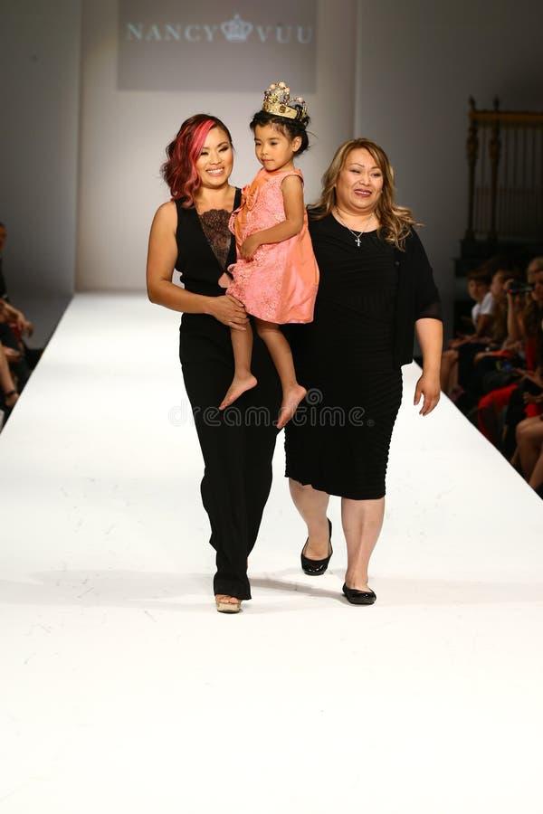 De ontwerper en haar dochter lopen de baan bij de Nancy Vuu-modeshow royalty-vrije stock afbeeldingen