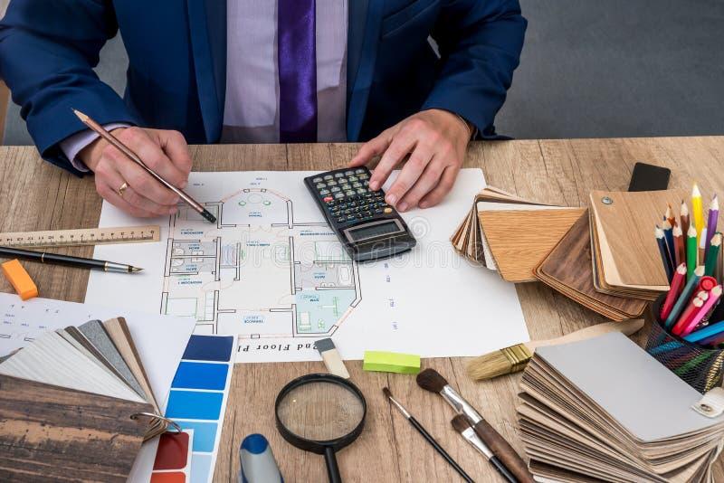 De ontwerper trekt een huisontwerp met een keus stock foto