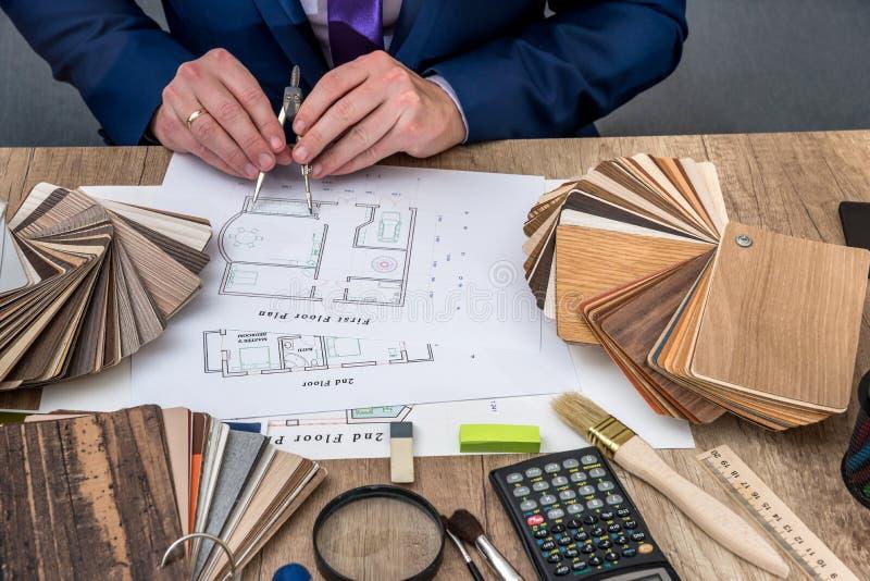 De ontwerper trekt een huisontwerp met een keus stock afbeelding