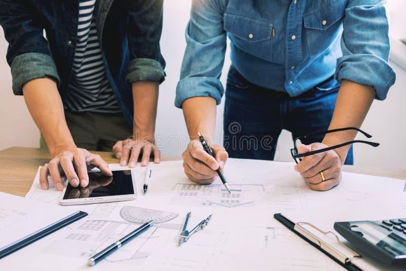 De ontwerpers in het bureau werken de Architect van de Besprekingsblauwdruk aan een nieuw projectontwerp trekken Groepswerk op ho royalty-vrije stock foto