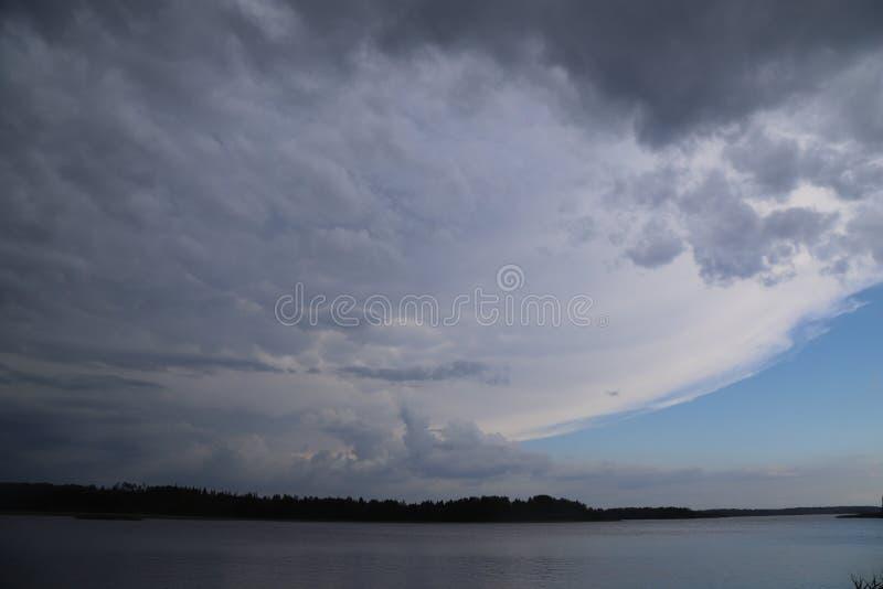 De onweersvoorzijde komt boven een meer stock fotografie