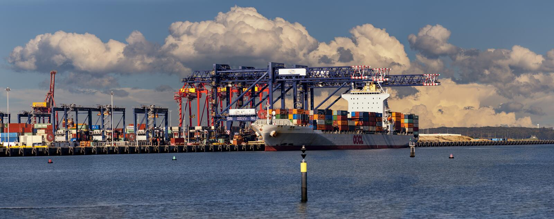 De onweerswolken brouwen over de uitvoer, panorama stock afbeeldingen