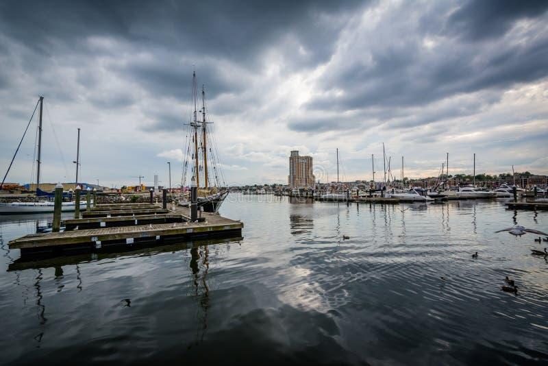 De onweerswolken over dokken en de boten in Havenoost-, Baltimore, brengen in de war royalty-vrije stock foto