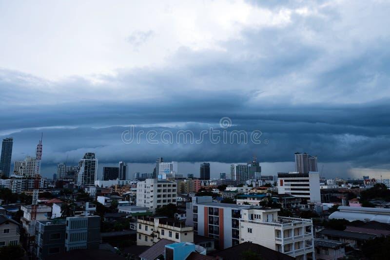 De onweerswolken over de stad, de hemel is behandeld met zwart onweer stock afbeeldingen