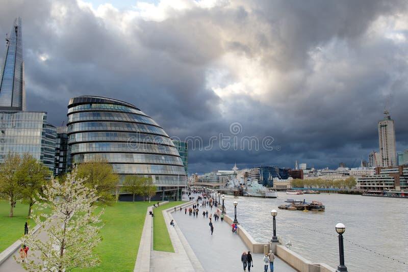De onweerswolken verzamelen zich over Stadhuis, Londen, het UK stock foto