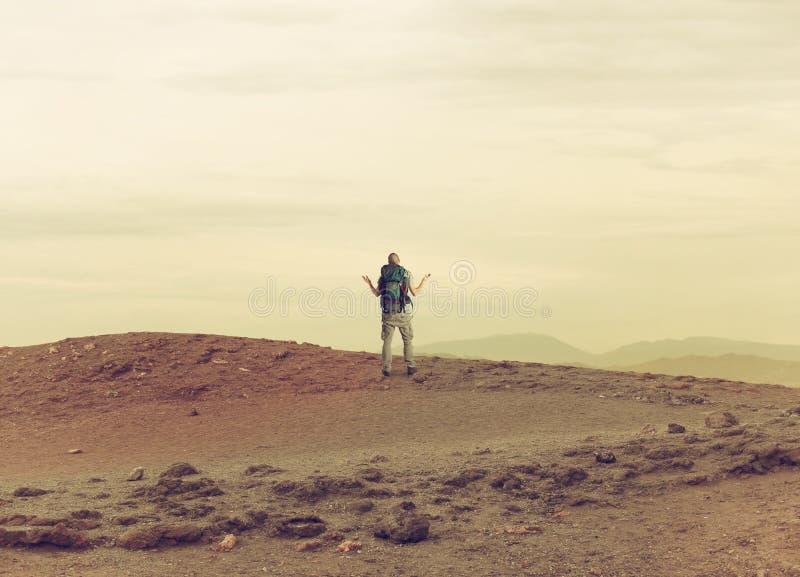 De onzekere ontdekkingsreiziger wordt verloren in een woestijn stock foto