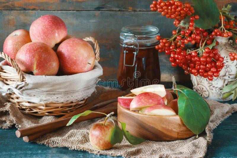 De oogst van appelen in de mand treft voor de voorbereiding van jam in de herfst op de lijst voorbereidingen royalty-vrije stock afbeeldingen