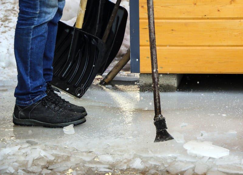 De oogst van het ijzerijs breekt het ijs om het water in de lente tijdens de dooi en de vloed af te voeren stock afbeeldingen