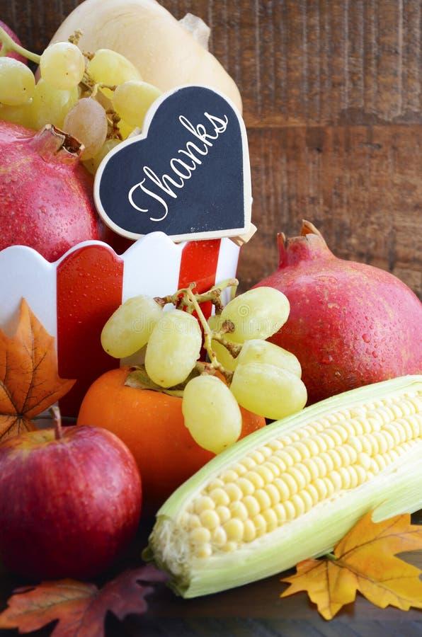 De oogstfruit en groenten van de dankzeggingsdaling stock afbeeldingen