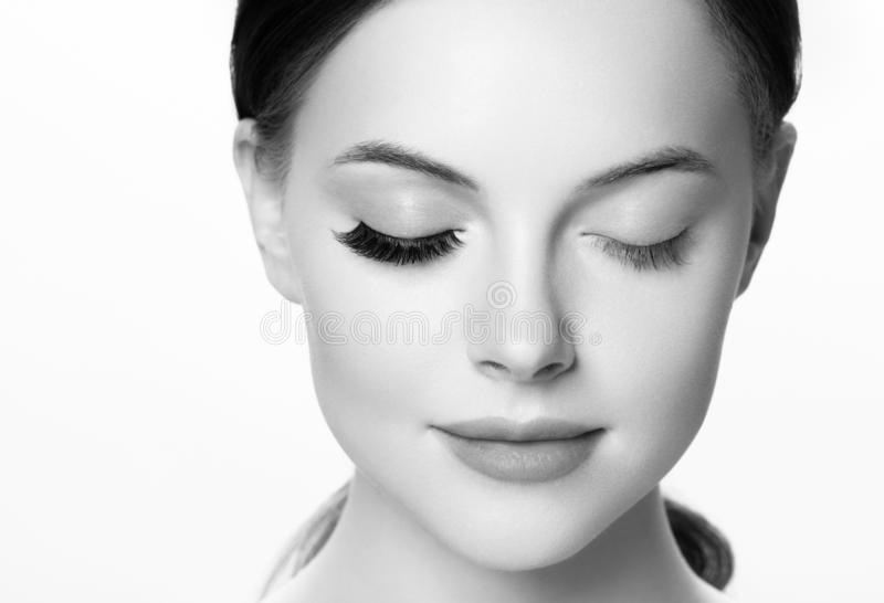 De oogzwepen, de vrouwenzwepen van de zweepuitbreiding sluiten zwart-wit omhoog macro stock afbeelding