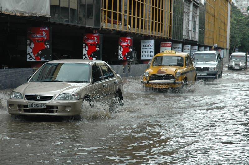 De oorzakenwater dat van regens Kolkata het programma opent stock afbeelding