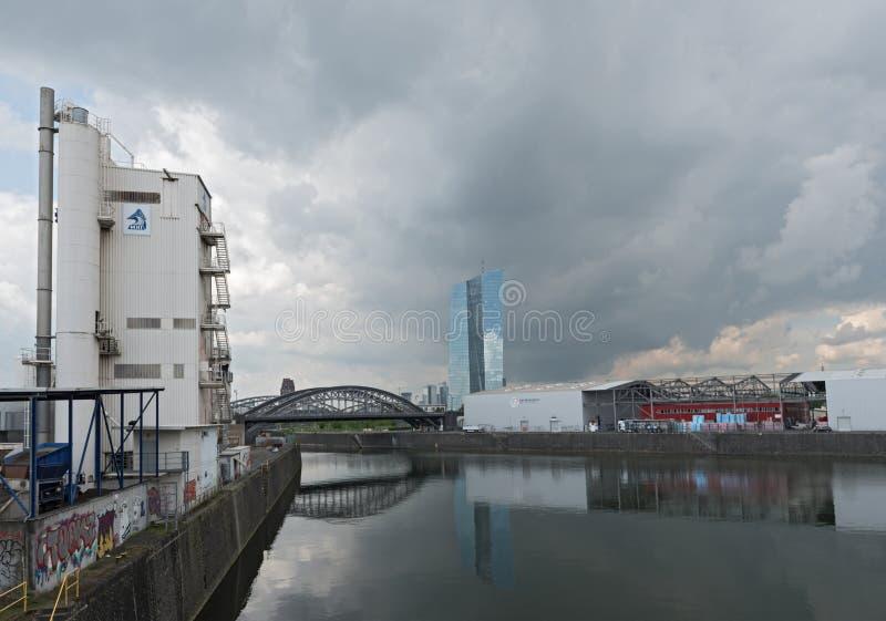 De Oostelijke Haven met de nieuwe bouw van de Europese Centrale Bank in Frankfurt, Duitsland royalty-vrije stock afbeeldingen