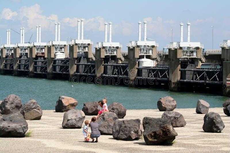 De oostelijke Schelde-barrière van de onweersschommeling de langste dam in de Deltawerkzaamheden stock fotografie