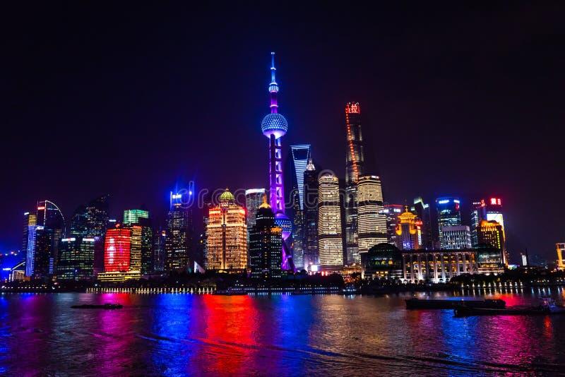 De oosterse van de Torenpudong van Pareltv van de Dijkhuangpu Rivier Shanghai China stock fotografie