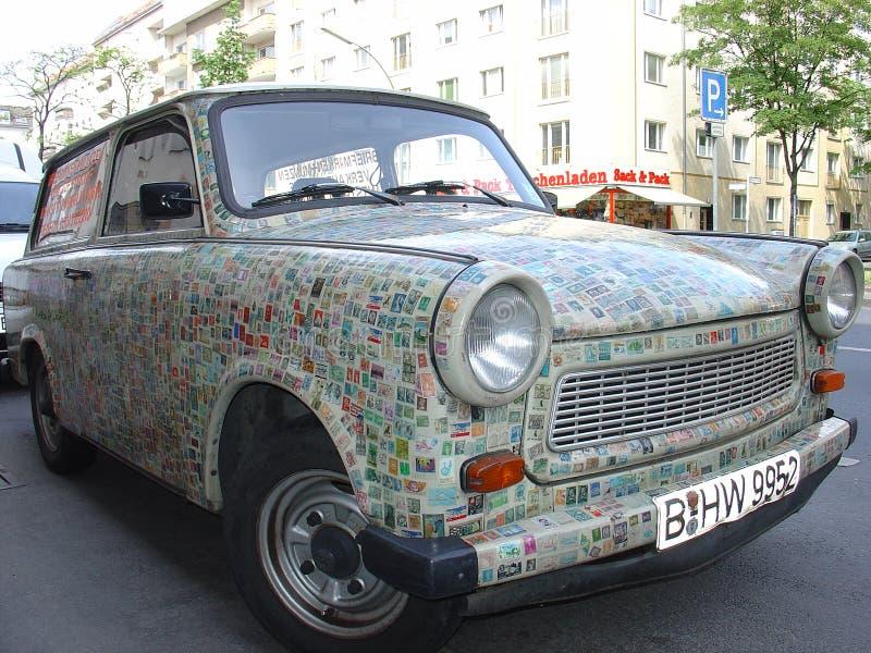De Oosteuropese uitstekende die auto van Trabant, met postzegels wordt gepleisterd stock afbeelding