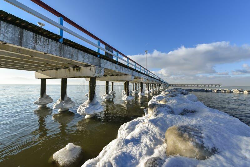 De Oostzee van de Palangabrug in de winter royalty-vrije stock foto's
