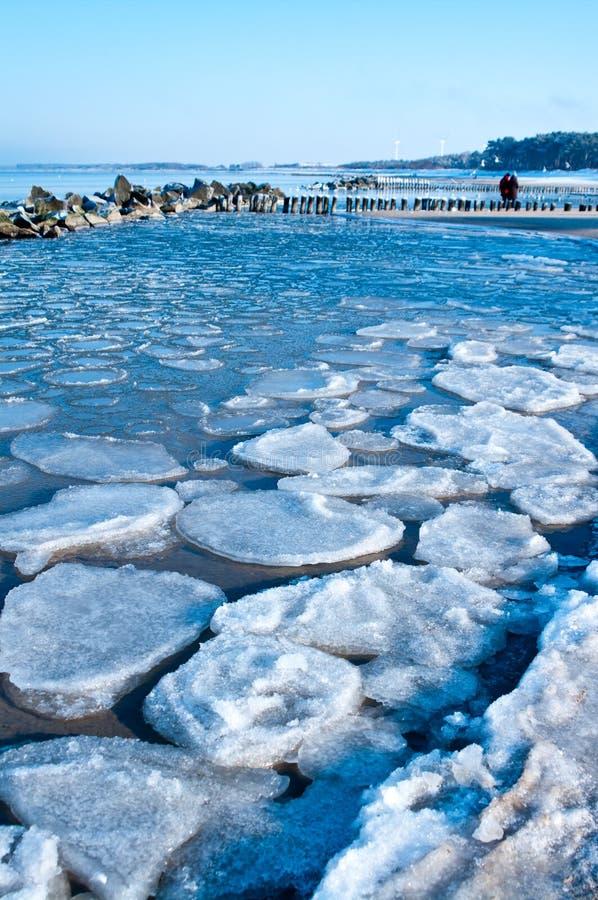 De Oostzee van de winter toneel stock afbeeldingen