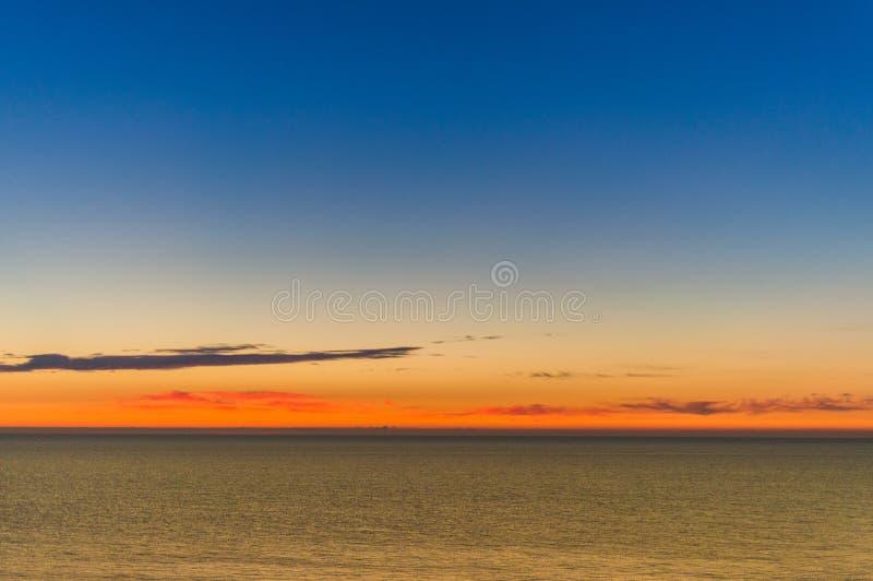 De op zee kust van de zonsopgang Kleurrijke hemel stock foto's