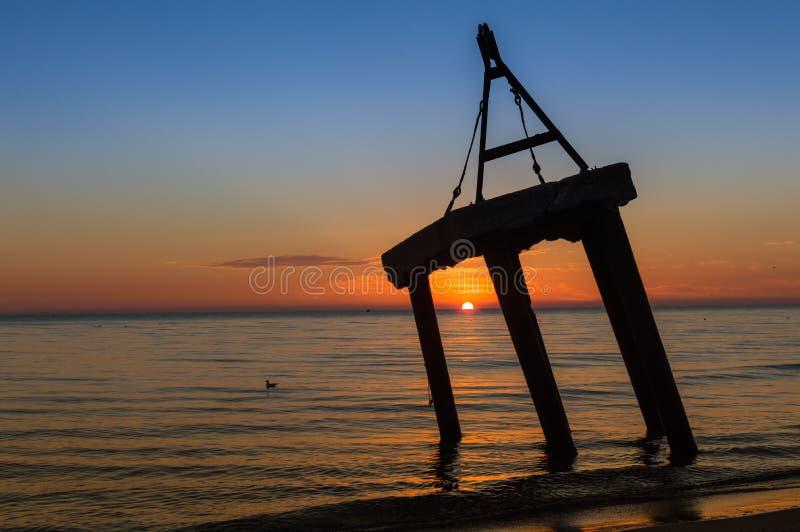 De op zee kust van de zonsopgang Kleurrijke hemel royalty-vrije stock afbeeldingen