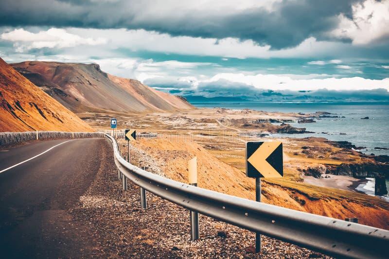 De op zee kustlijn van de weg van Oost-IJsland royalty-vrije stock afbeeldingen