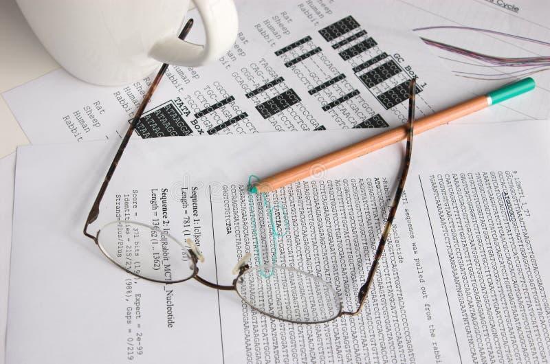 De opeenvolgingsanalyse van DNA stock afbeeldingen