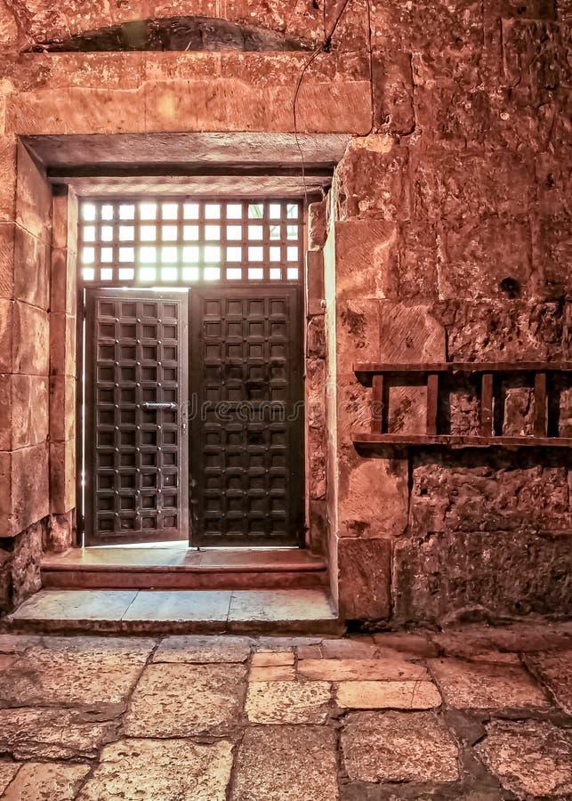 De open deur binnen van de Kerk van Heilig begraaft, plaats van waar Jesus werd gekruisigd stock afbeeldingen
