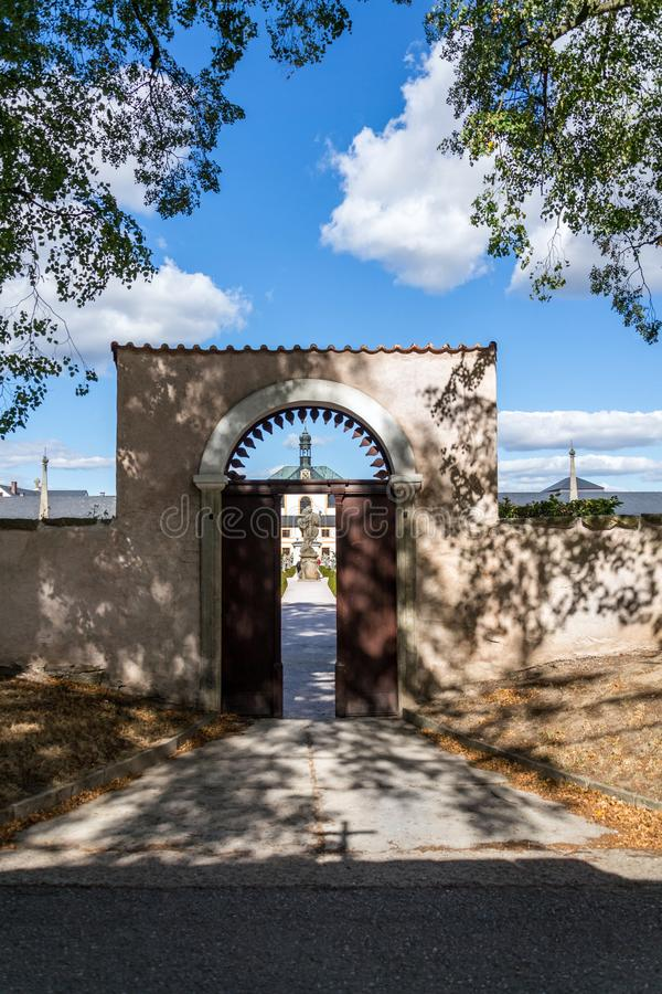 De open poort aan de kruiden van het Ziekenhuiskuks tuiniert, het gebied van Hradec Kralove, Trutnov-district, Tsjechische Republ royalty-vrije stock fotografie