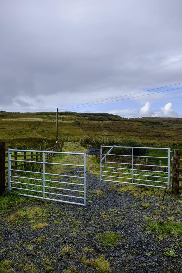 De open poort van het metaallandbouwbedrijf stock afbeelding