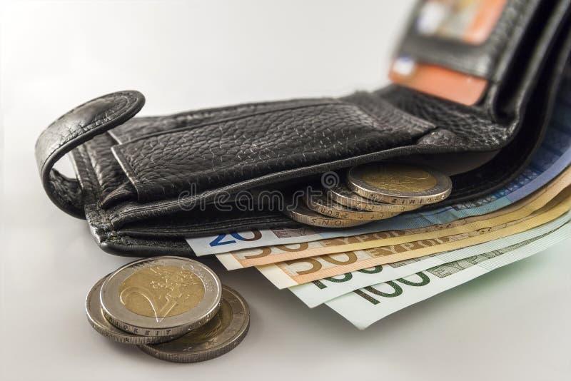 De open portefeuille van leermensen ` s met euro bankbiljettenrekeningen, muntstukken en c stock afbeeldingen