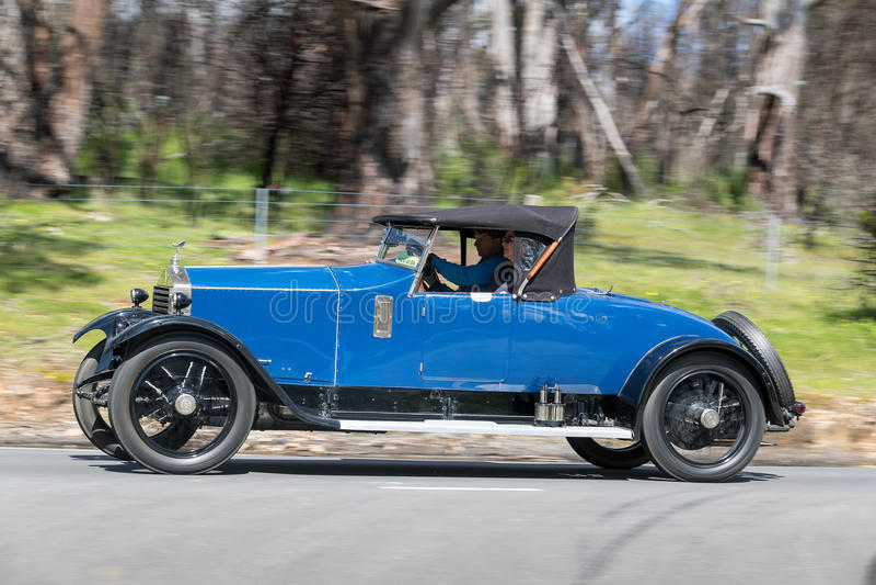 1922 de open tweepersoonsauto van Rolls Royce 20hp het drijven bij de landweg stock afbeeldingen
