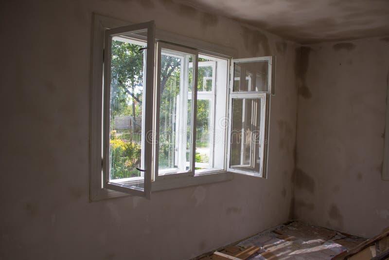 De open vensterreparatie in de ruimte, ventileert de ruimte na reparatie met een open venster stock foto