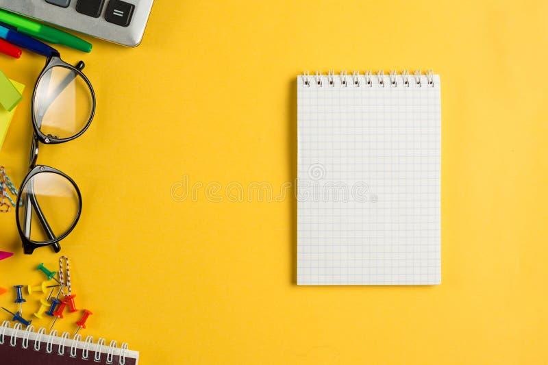 De open Vlakte van het de Kantoorbehoeftenontwerp van het Notitieboekjebureau lag stock fotografie