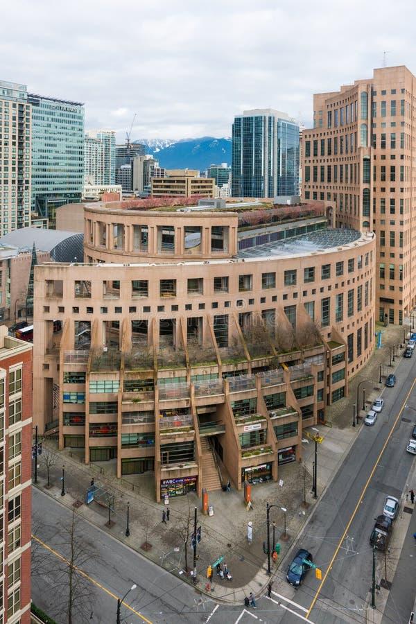 De Openbare Bibliotheek van Vancouver van hierboven met stad op achtergrond stock foto