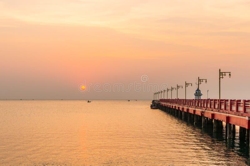 De openbare brug van gebiedssaranvitee bij ao prachuab in zonsopgang, de provincie van Prachuap Khiri Khan, Thailand royalty-vrije stock afbeeldingen
