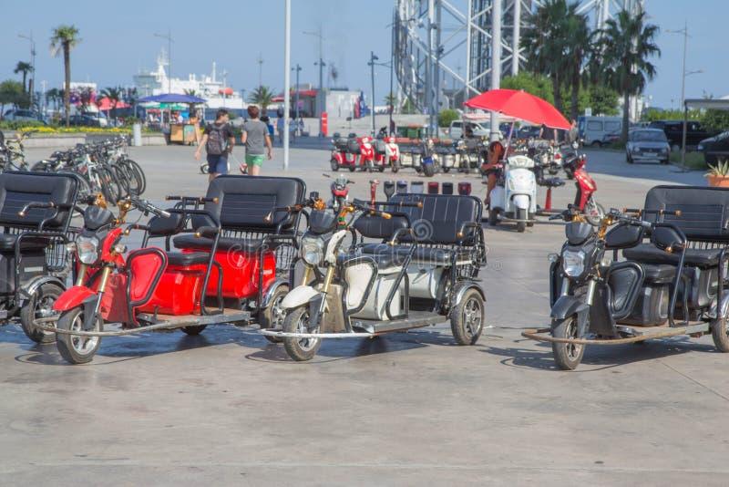 De openbare Fietsen en de Elektrische autopedden met drie wielen zijn beschikbaar voor mensen aan borrow of huur voor korte afsta royalty-vrije stock afbeeldingen