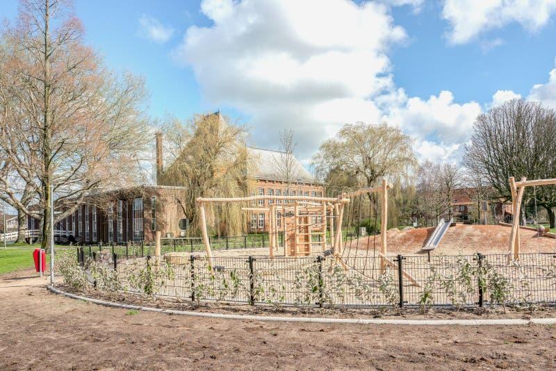 De openbare speelplaats van kinderen met zonnige hemel stock foto