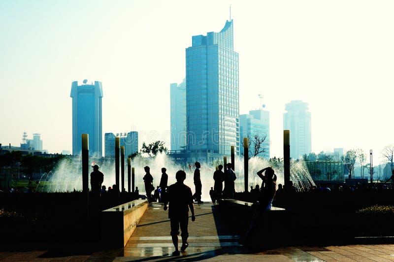 De openbare vierkante mensen van de stad die braakakker ligt stock afbeelding
